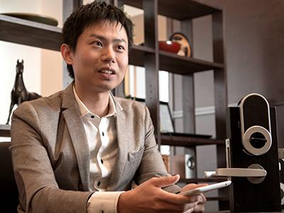 インタビューに答える滝沢氏の写真