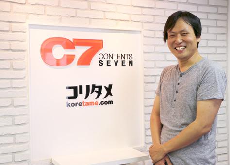 CONTENTS SEVENの受付前で笑顔の李 宰赫氏の写真