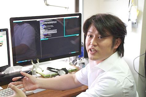 PCデスクに座りながらインタビューに答える三橋 克仁様の写真