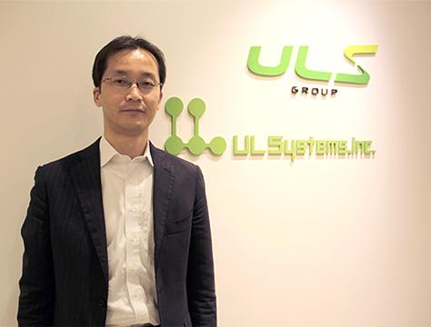 ULSystemsIncの受付前で立っている岸本氏の写真