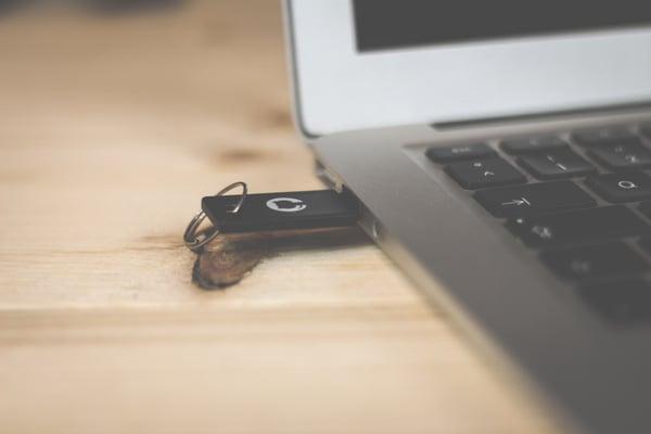 小型デバイスセキュリティーキーを利用する認証