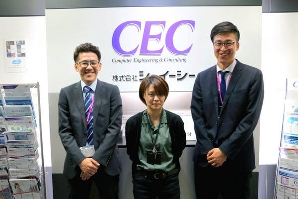 株式会社CECの受付の前で、3人の社員が正面を向いている写真