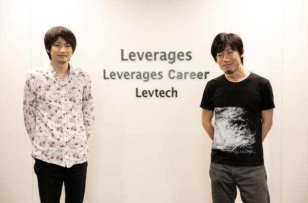 Leverrages株式会社の受付前で西口様と阪上様が並んで写っている写真