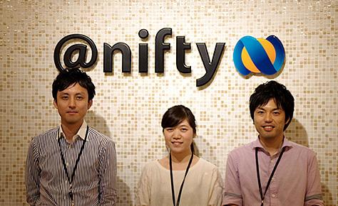 niftyのロゴの前に並ぶ鮫島氏 香川氏 江草氏の写真