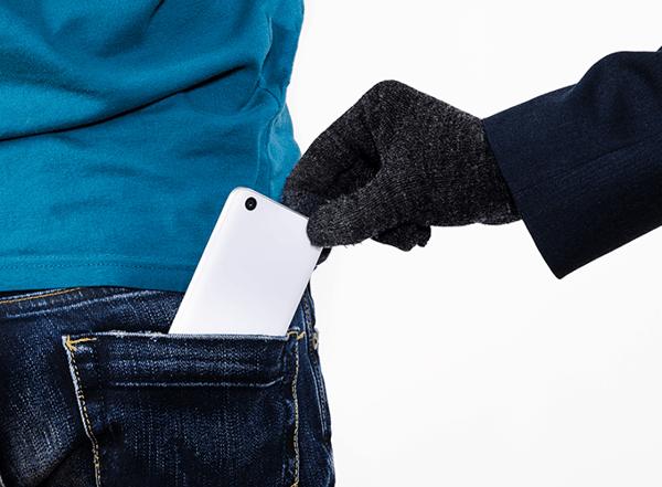 携帯電話が盗まれている様子